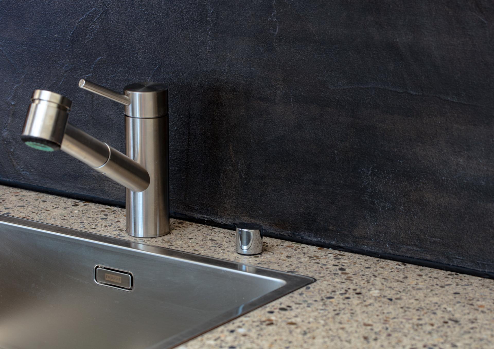 Küchenabdeckung mit Rheo-Decor weiss